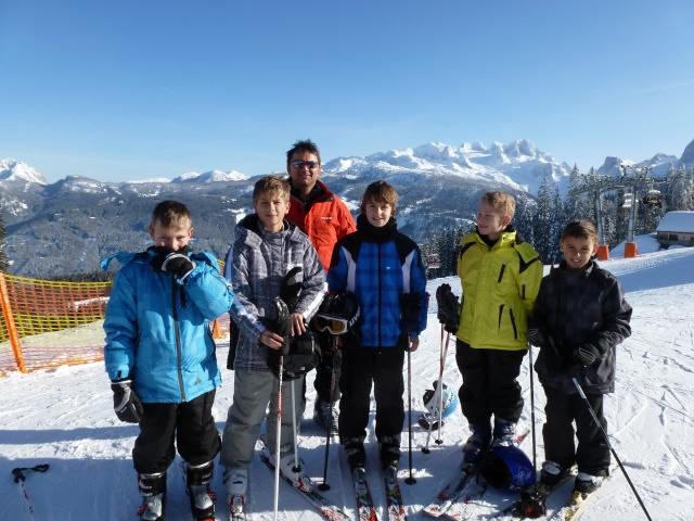 Ein Skikurs mit Blick auf den Dachstein