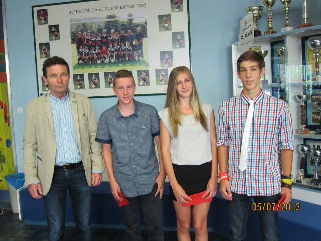 Direkto Edi Stangl mit Marcel Schenk, Celina Frühwirth undJJakob Miesbauer
